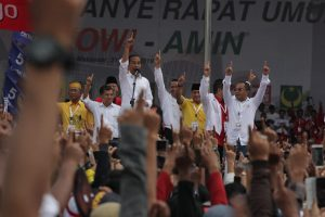 Kampanye di Kab Bandung, Jokowi Sindir Prabowo yang Jijik Bersalaman dengan Masyarakat