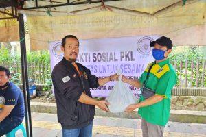 Tak Tersentuh Bansos, Para PKL di Bandung Buat Aksi Solidaritas