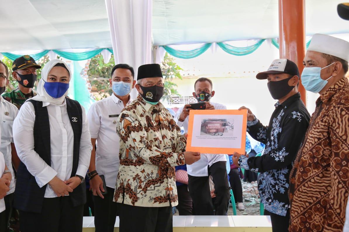 Syaikhu Serahkan Bantuan untuk Petani di Karawang