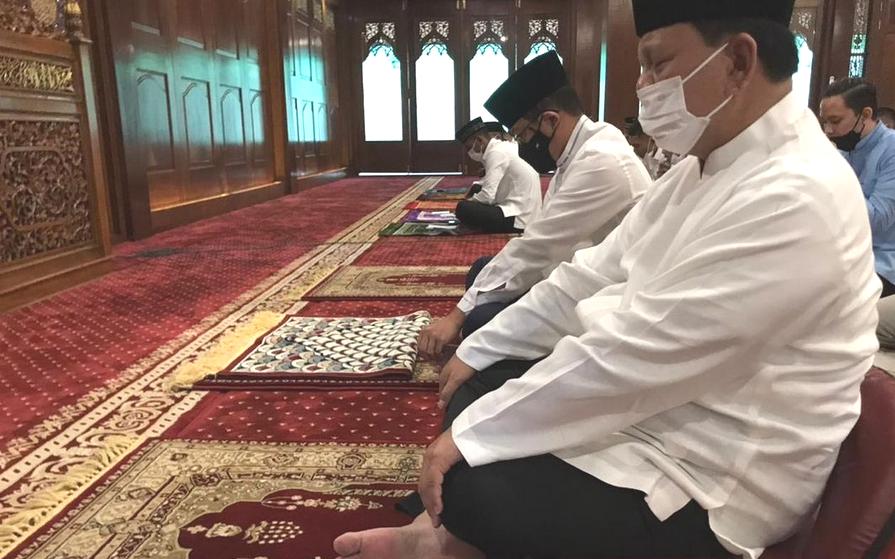 Prabowo Subianto Unggah Momen Salat, Netizen : Minta THR Online  Pak